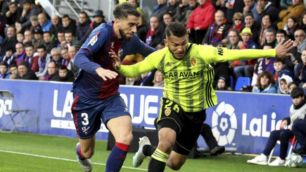 Luis Suárez trata de irse de un rival en el partido ante el Huesca.