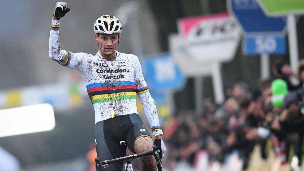 Mathieu van der Poel celebra su 51º triunfo del año, en el...