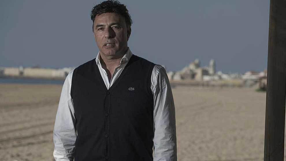 Enrique Pina, posando  en el Beach Club Potito de la playa de la...