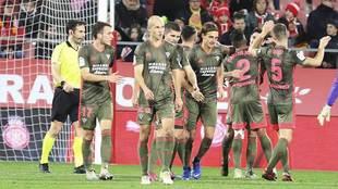 Los jugadores del Mirandés celebran uno de sus tres goles en Girona