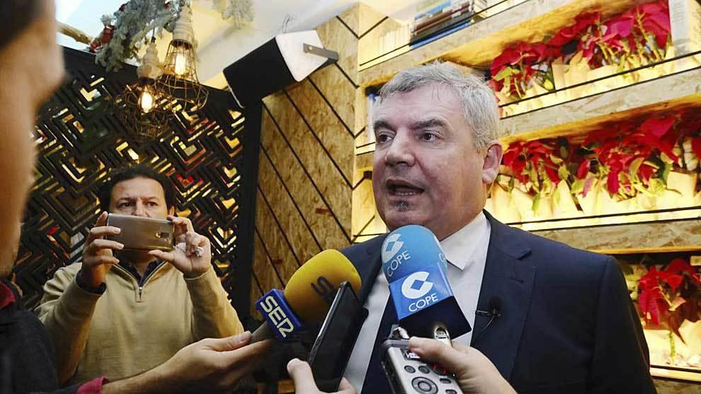 Manuel Vizcaíno atiende a los medios tras el brindis navideño del...