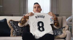 Robbie Williams, posando con la camiseta que le regaló Toni Kroos