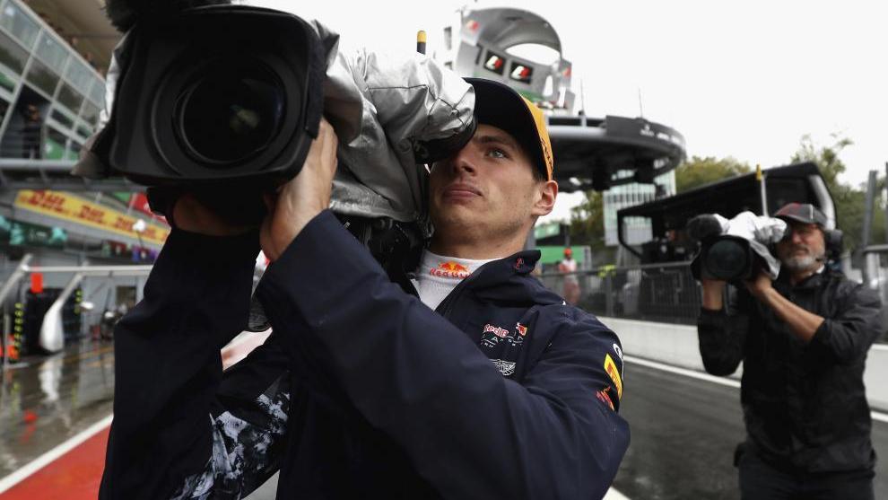 Max Verstappen, con una cámara de TV.