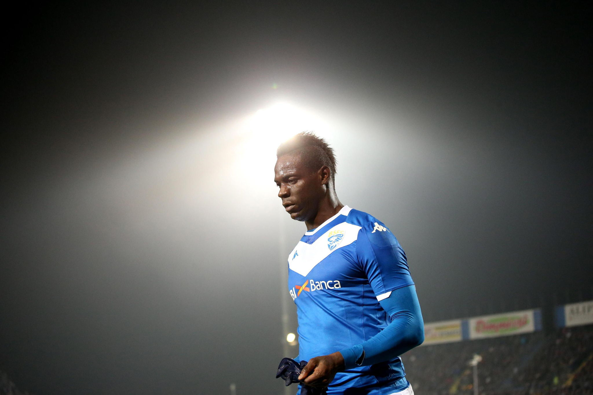 Brescia (Italy), 18/12/2019.- Brescias Mario <HIT>Balotelli</HIT> leaves the pitch during the Italian Serie A soccer match Brescia Calcio vs US Sassuolo Calcio at the Mario Rigamonti stadium in Brescia, Italy, 18 December 2019. (Italia) EFE/EPA/SIMONE VENEZIA