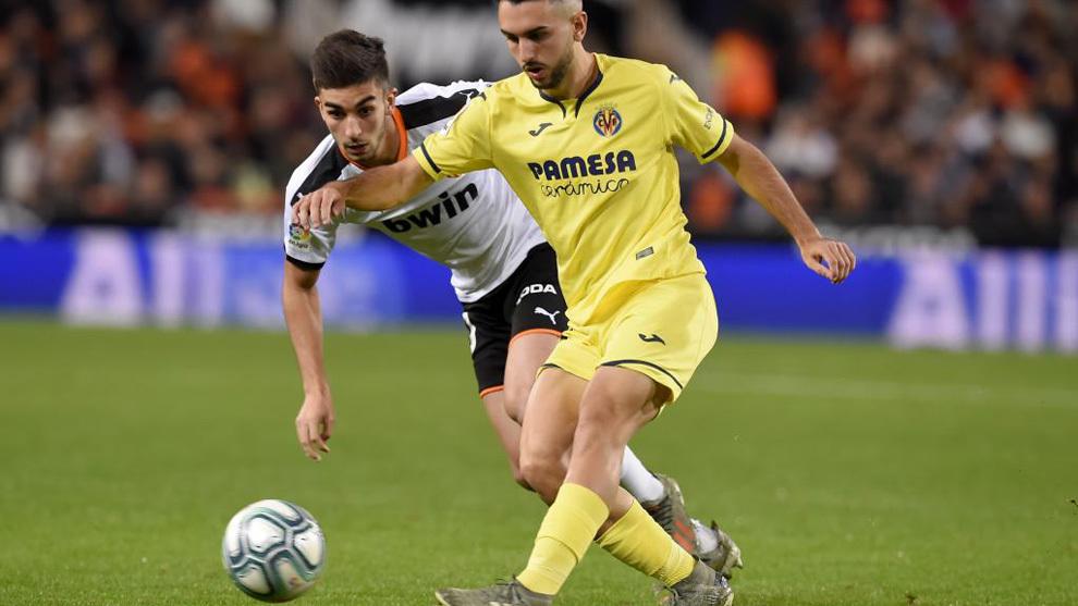 Manu Morlanes protege el balón ante Ferran Torres.