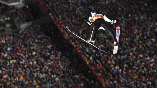 Ryoyu Kobayashi vuela durante su primer salto en Oberstdorf.