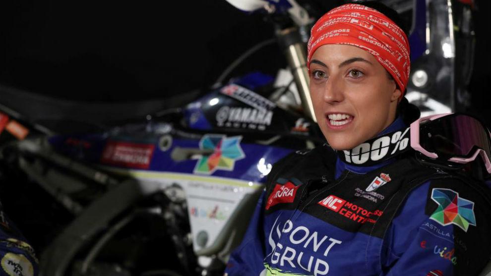 Sara García, junto a su Yamaha para el Dakar 2020.