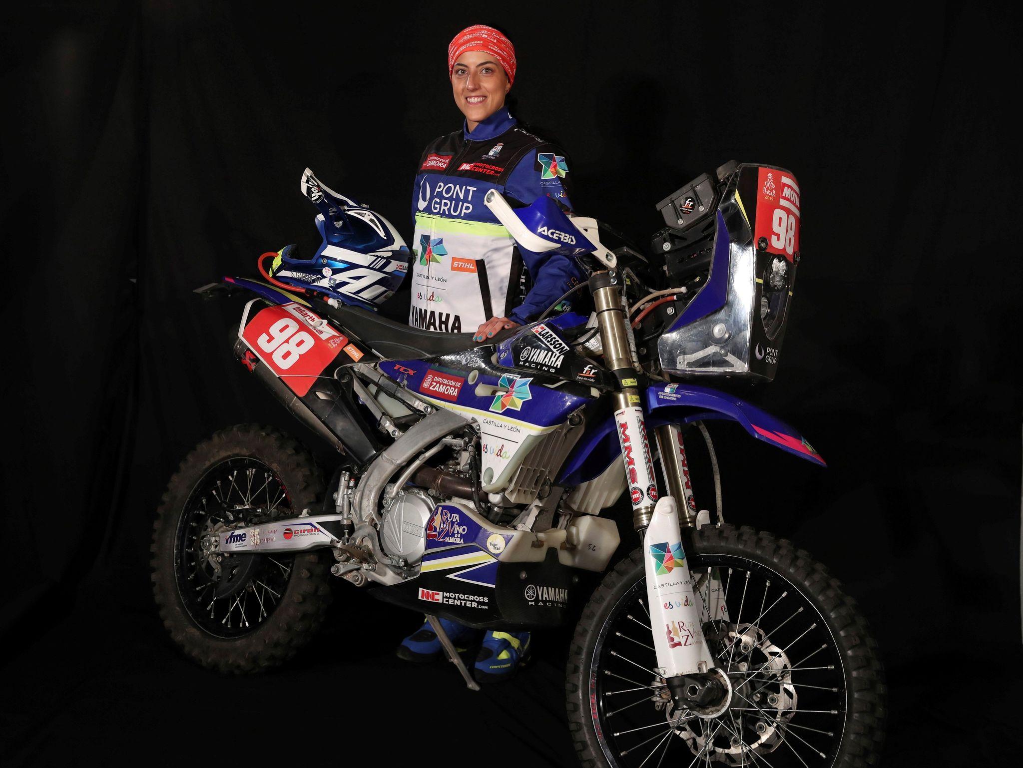 """GRAF1099. MADRID, 18/12/2019.- La piloto de motociclismo <HIT>Sara</HIT><HIT>García</HIT> posa durante una entrevista con Efe con motivo de su participación en el Rally Dakar 2020. La zamorana asegura que llega """"más preparada"""" tras haber seguido un plan de entrenamiento físico y mental. """"Desde que tuve el accidente de 2018, en el Merzouga Rally, le cogí un poco de miedo a la arena"""". EFE/Angel Díaz"""