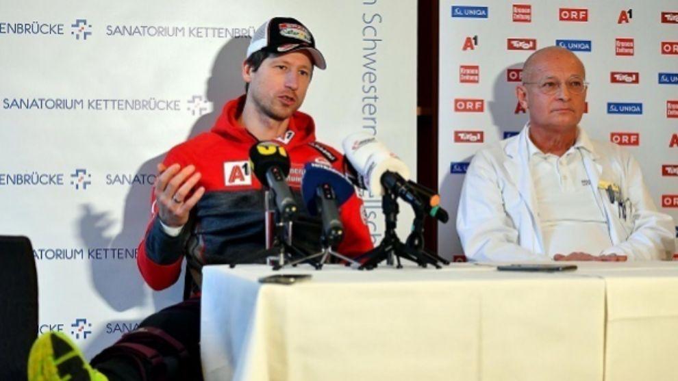 Hans Reichelt en la conferencia de prensa junto al Dr. Karls Goser.