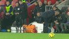 Mourinho mirando las notas de los entrenadores del Southampton.
