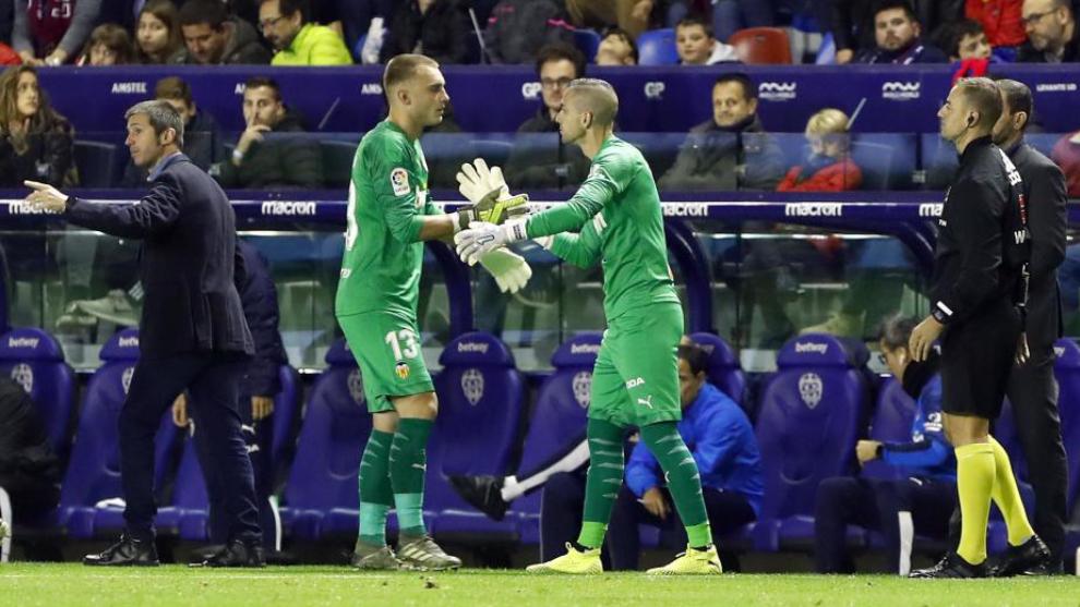 Momento de la sustitución de Cillessen por Jaume en el partido contra...