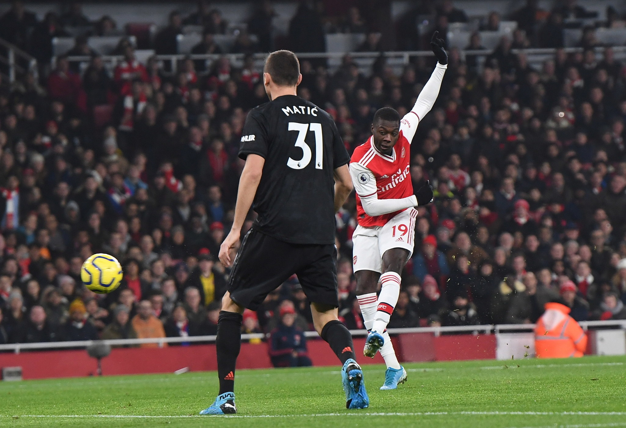 London (United Kingdom), 01/01/2020.- Arsenals Nicolas <HIT>Pepe</HIT> (R) scores a goal during the English Premier league soccer match between Arsenal and Manchester United held at the Emirates stadium in London, Britain, 01 January 2020. (Reino Unido, Londres) EFE/EPA/ANDY RAIN EDITORIAL USE ONLY. No use with unauthorized audio, video, data, fixture lists, club/league logos or live services. Online in-match use limited to 120 images, no video emulation. No use in betting, games or single club/league/player publications