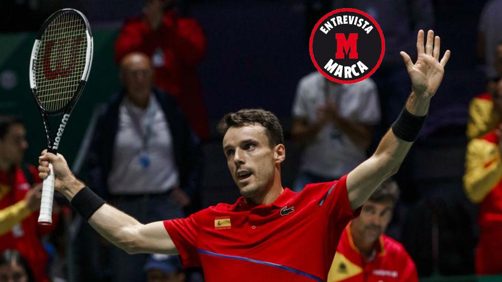 Bautista saluda a la grada de Madrid durante la final de la Copa Davis