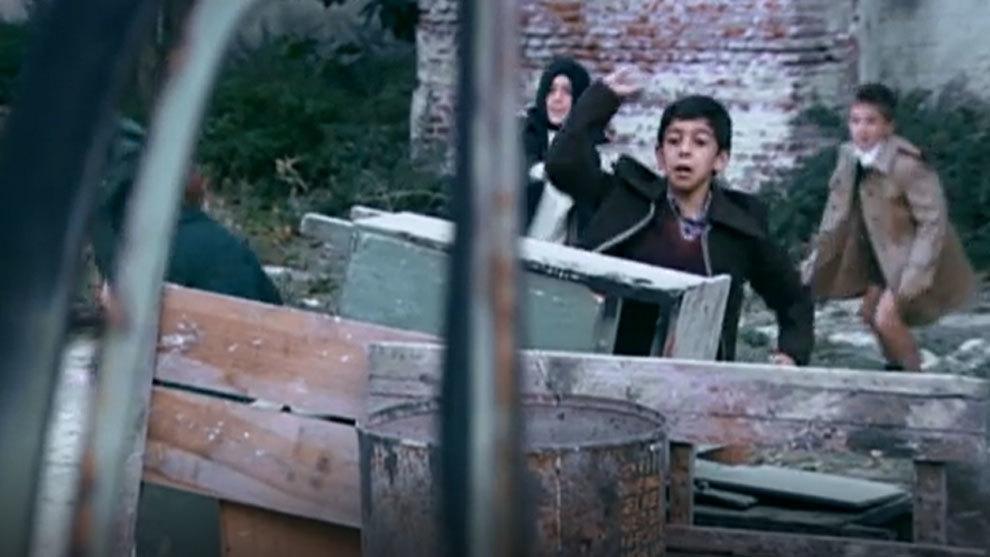 Carlos Bravo tirando piedras a 'Carlitos', 'Josete' y 'Luis' en el...