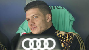 Jovic, en el banquillo del Santiago Bernabéu.