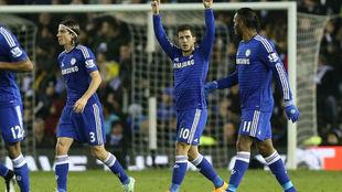 Hazard celebra un gol con el Chelsea en la 2014-15 con Filipe Luis y...