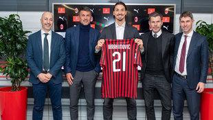 Ibrahimovic posa durante su presentación con el Milan.