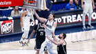 Doncic anota una bandeja ante Joe Harris