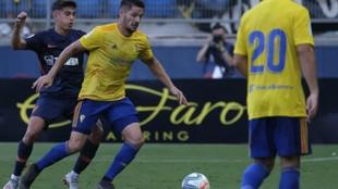 Caye Quintana, con el balón, durante un partido del Cádiz