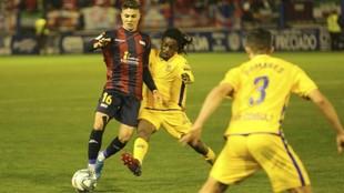Pinchi y Boateng luchan por hacerse con el balón
