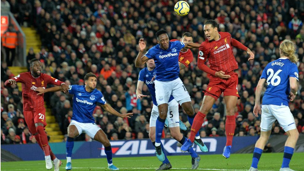 Van Dijk remata a portería durante el último Liverpool-Everton