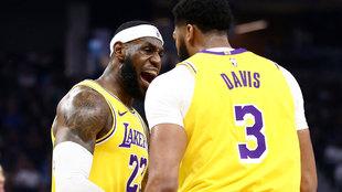 LeBron James y Anthony Davis celebran una canasta