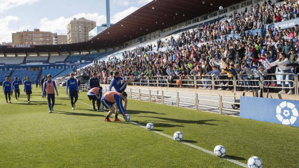 Los jugadores zaragocistas regalaron balones a los aficionados tras la...