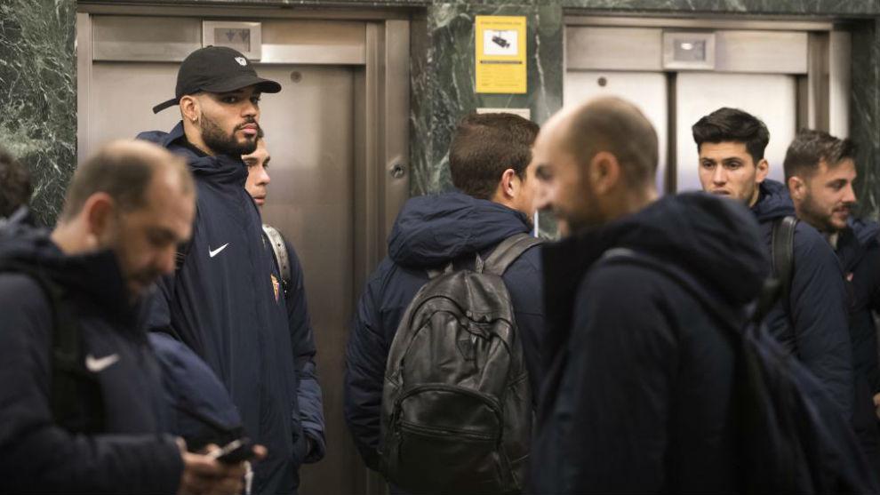 Los jugadores del Sporting a su llegada a Zaragoza.