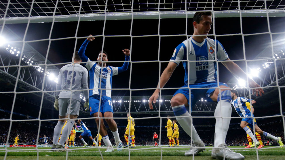 Los jugadores del Espanyol festejan el primer gol