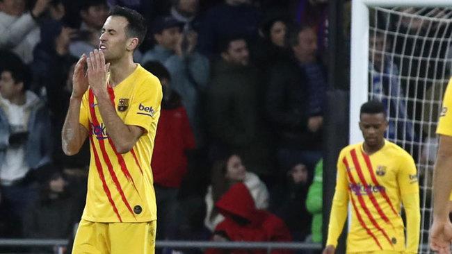 Busquets se lamenta en un momento del derbi catalán.