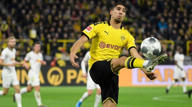 Achraf (21), controlando un balón