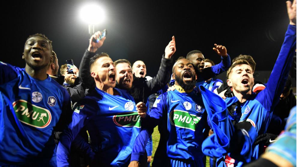 Los jugadores del Saint-Pryvé-Saint-Hilaire celebran el pase contra...