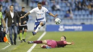 Suso Santana se va de un defensor del Albacete ante la mirada atenta...