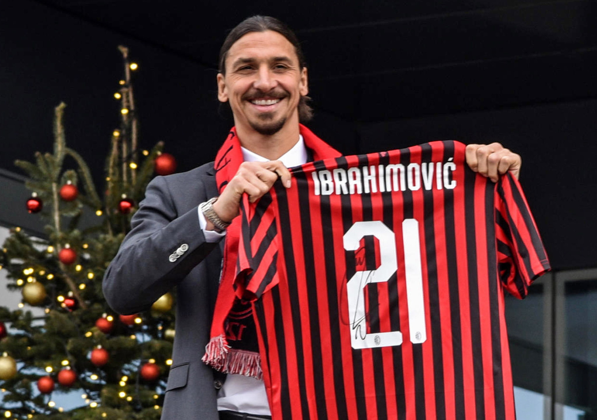 Milan (Italy), 03/01/2020.- Swedish soccer player Zlatan <HIT>Ibrahimovic</HIT> poses withhis jersey during his presentation at the AC Milans headquarters in Milan, Italy, 03 January 2020. it is the second time at Milan for the 38-year-old striker. (Italia) EFE/EPA/Matteo Corner