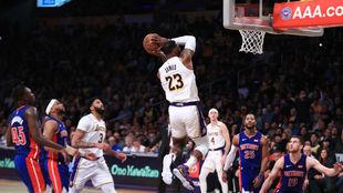 LeBron James machaca el aro ante la mirada del resto de los jugadores