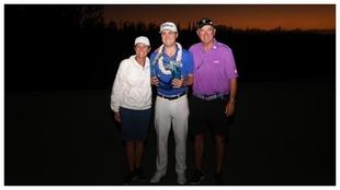 Justin Thomas posa con sus padres y el trofeo de The Sentry