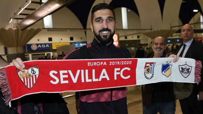 Munas Dabbur posa con la bufanda del Sevilla.
