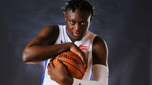 Sekou Doumbouya posa con la camiseta de los Detroit Pistons