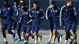 Los jugadores del Oviedo, muy abrigados, durante un entrenamiento