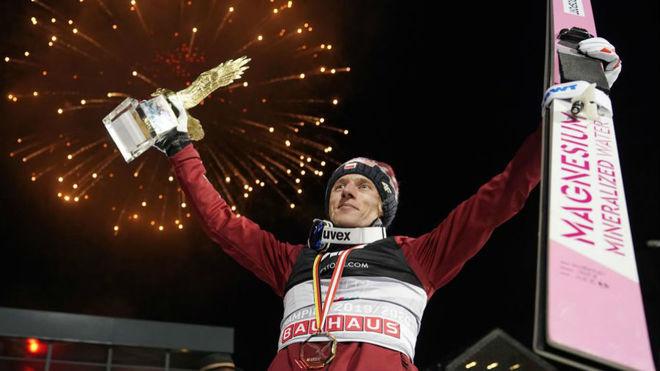 David Kubacki, celebrando su victoria del Cuatro Trampolines...