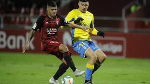 Carlos Julio y Narváez luchan por hacerse con el balón en el partido...