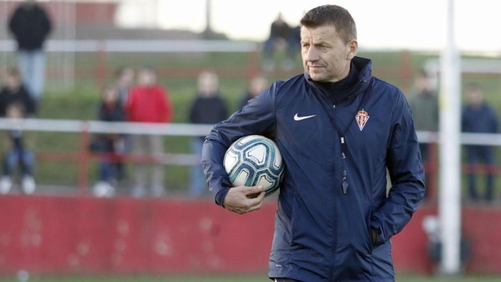 Djukic, con el balón, muy pensativo observando un entrenamiento