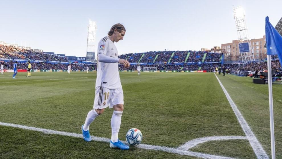Luka Modric se dispone a efectuar un saque de esquina durante el...