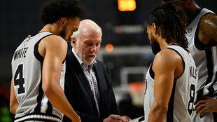 Gregg Popovich da instrucciones a los jugadores de los Spurs