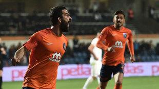 Arda Turan festeja un gol con el Basksehir.