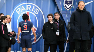 Cavani se marcha al vestuario durante un partido con Tuchel siguiendo...