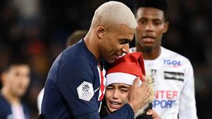 Mbappé abraza a un niño en el último partido de 2019 en el Parque...