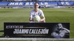 Juanmi Callejón posa con la camiseta del Marbella sobre el césped de...
