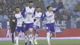 Los jugadores del Zaragoza celebran el primer tanto de Raúl Guti.