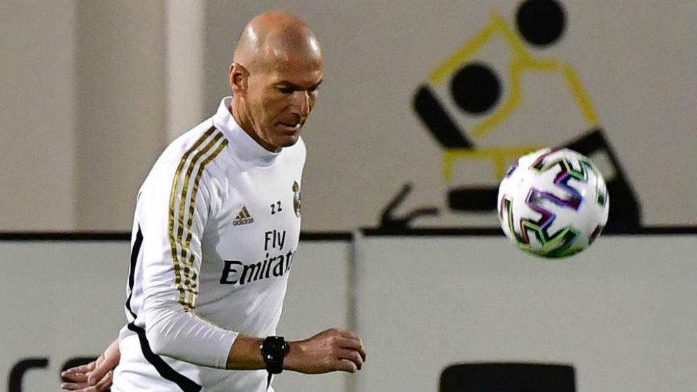 Zidane controla un balón en el entrenamiento en Yeda previo al...